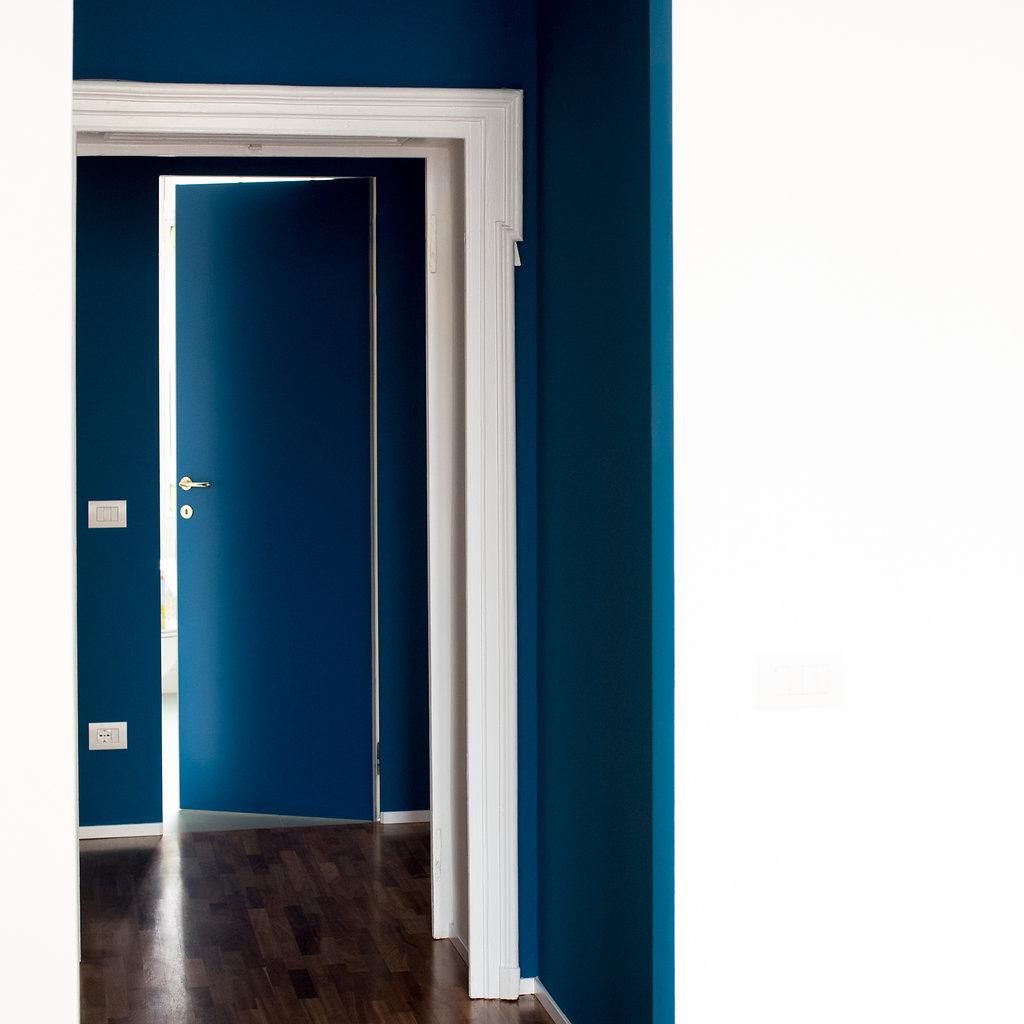 """CoCoter snc: fotografia """"Ristrutturazione appartamento dell'800, porta blu"""""""