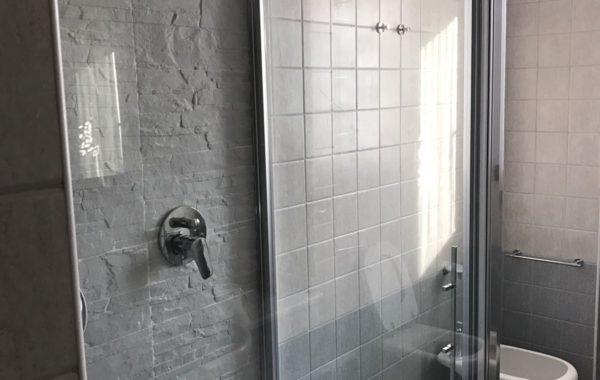 Trasformazione della vasca in una doccia