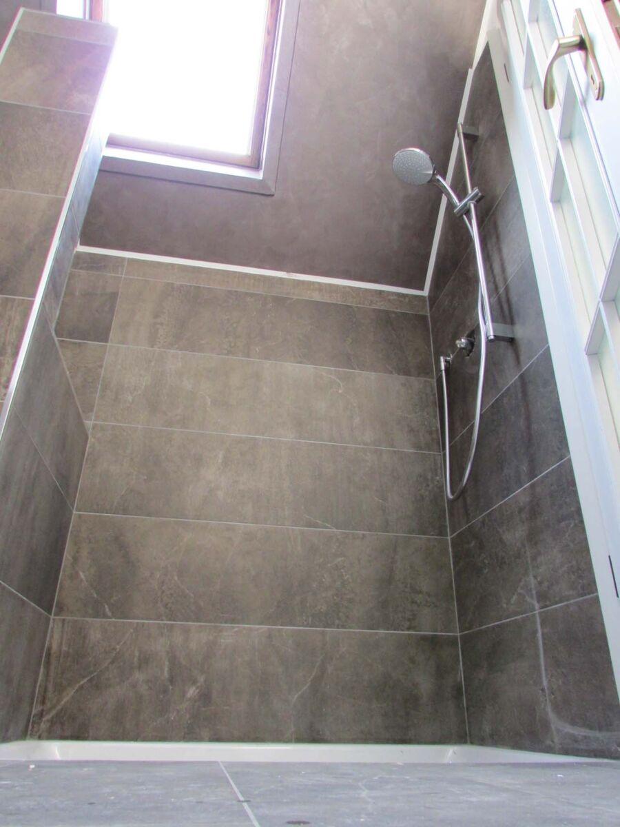 """CoCoter snc: fotografia """"Ristrutturazione appartamento bagno piastrelle in marmo"""""""