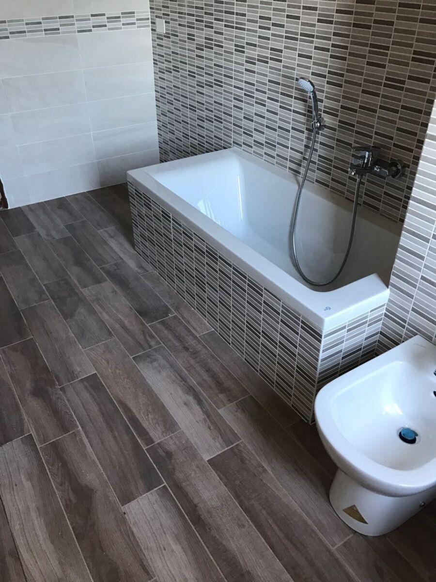 """CoCoter snc: fotografia """"Ristrutturazione bagni con pavimentazione come parquet"""""""