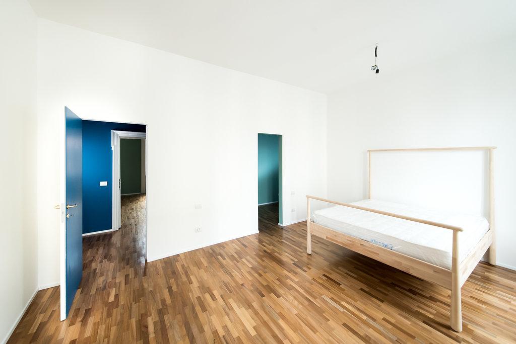 """CoCoter snc: fotografia """"Ristrutturazione appartamento dell'800, camera da letto bianca"""""""