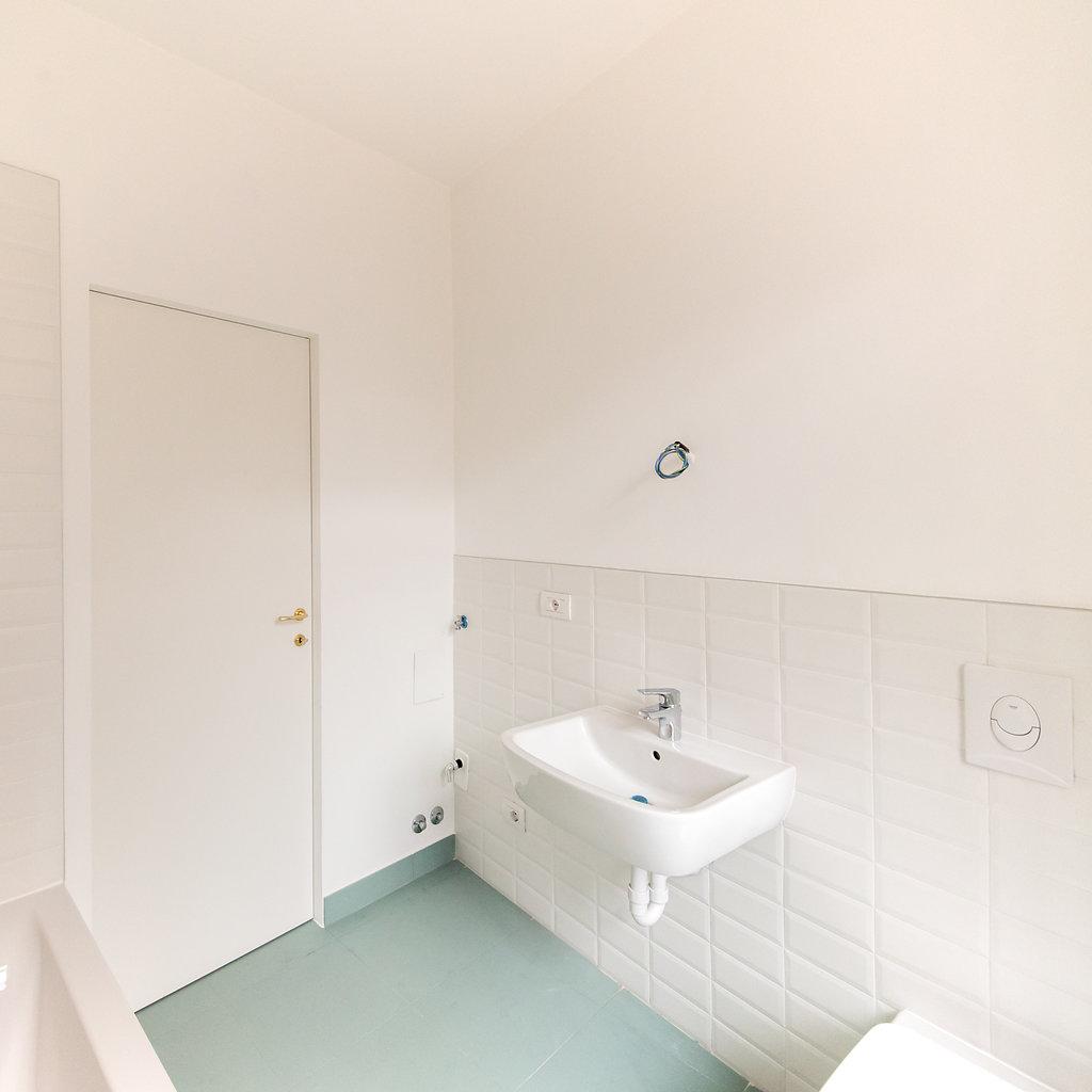 """CoCoter snc: fotografia """"Ristrutturazione appartamento dell'800, bagno bianco"""""""